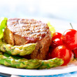 Grilled Beef Steak Meat with Fried Potato, Asparagus, Tomatoes — Lizenzfreies Foto