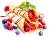 блинчики с ягодами над белой — Стоковое фото