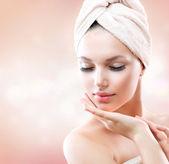 Piękna dziewczyna po kąpieli dotyka jej twarzy. skincare — Zdjęcie stockowe