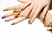 Manicure. moda metaliczny lakier do paznokci — Zdjęcie stockowe
