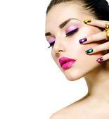 时尚美容。修指甲和化妆。美甲 — 图库照片