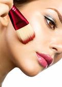Vacker ung kvinna tillämpa makeup. brunett tjej — Stockfoto