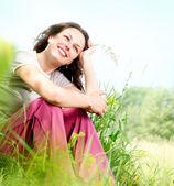 Mujer joven hermosa al aire libre. disfrutar de la naturaleza. prado — Foto de Stock