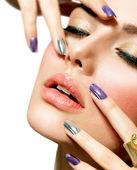 Mode skönhet. manikyr och make-up. nail art — Stockfoto
