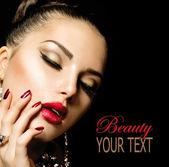 Mode schönheit. maniküre und make-up — Stockfoto