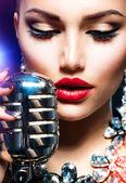 Retro mikrofon şarkı söyleyen kadın. vintage tarzı — Stok fotoğraf