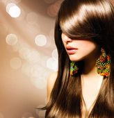 Hermosa chica morena. cabello castaño largo sano — Foto de Stock
