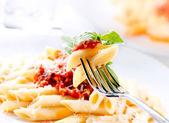 паста пенне с соусом болоньезе, базиликом и сыром пармезан — Стоковое фото
