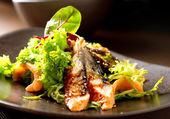 Salada com enguia defumada com molho de unagui — Foto Stock