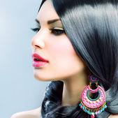 Piękna kobieta z długimi czarnymi włosami. fryzurę — Zdjęcie stockowe