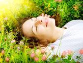 Piękna młoda kobieta na zewnątrz. cieszyć się przyrodą. łąka — Zdjęcie stockowe