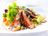 Salat mit geräuchertem aal mit unagi-soße — Stockfoto