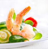 Krevetový salát. zdravé krevetový salát s mixem salátových listů a rajčaty — Stock fotografie