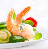 Prawn salad. Healthy Shrimp Salad with mixed greens and tomatoes — 图库照片