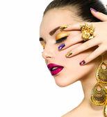 ファッションの美しさ。マニキュアとメイクアップ。ネイルアート — ストック写真