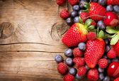 木制背景的莓果。在木有机草莓 — 图库照片