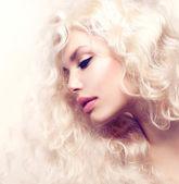 卷曲的头发。健康长卷发的时尚女孩 — 图库照片