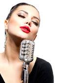 śpiewa kobieta z retro mikrofon na białym tle — Zdjęcie stockowe