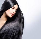 Belle jeune fille brune. cheveux longs en bonne santé — Photo