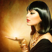 Femme de style égyptien avec la magie de lumière dans sa main — Photo