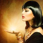 Oude egyptische stijl ingericht vrouw met magie licht in haar hand — Stockfoto