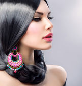 Skönhet kvinna med långt svart hår. frisyr — Stockfoto