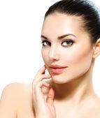 Mulher jovem e bonita com pele limpa fresca, tocando seu rosto — Fotografia Stock