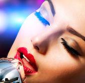 レトロなマイクを持つ女性歌手。ビンテージ スタイル — ストック写真
