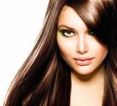 Krásná brunetka. zdravé dlouhé hnědé vlasy — Stock fotografie