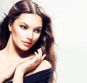 Skönhet kvinna porträtt med långt hår. vacker brunett flicka — Stockfoto