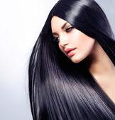 Piękna brunetka dziewczynka. zdrowe włosy długie — Zdjęcie stockowe