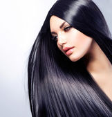 Vacker brunett flicka. friskt långt hår — Stockfoto
