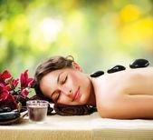 Salón de spa. masaje con piedras. dayspa — Foto de Stock