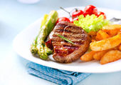 Grilled Beef Steak Meat with Fried Potato, Asparagus, Tomatoes — Stock Photo