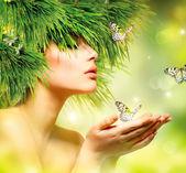 Femme printemps. fille d'été avec le maquillage cheveux et vert d'herbe — Photo