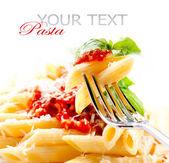 Pasta penne met bolognese saus, basilicum en parmezaanse kaas — Stockfoto