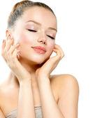 Portret van mooie jonge vrouw met frisse schone huid — Stockfoto
