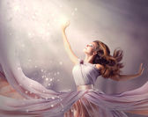 Mooi meisje dragen lange chiffon dress. fantasie scène — Stockfoto