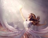 Vacker flicka klädd i lång chiffongklänning. fantasi scen — Stockfoto