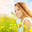 Beauty Girl in the Meadow lying on Green Grass — Stock Photo