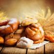 Bäckerei Brot auf einem Holztisch. verschiedene Brot und Garbe — Stockfoto