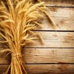 espigas de trigo na mesa de madeira. conceito de colheita — Foto Stock