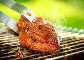 Chamas grelhar um bife sobre o churrasco. grelhar carne bife assado — Foto Stock