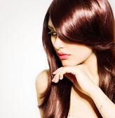 Cabelo. linda menina morena com cabelos castanhos compridos saudável — Foto Stock