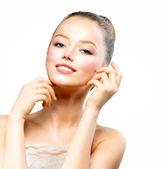 彼女の顔に触れる新鮮なきれいな肌と美しい若い女性 — ストック写真