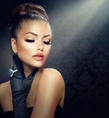 Retrato de niña de moda belleza. chica de estilo vintage con guantes — Foto de Stock