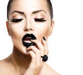 Vogue tarzı moda kız trendy havyar siyah manikür ile — Stok fotoğraf