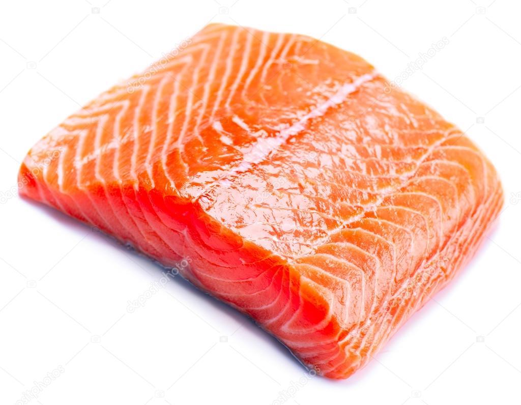 Filet de saumon cru. poisson rouge isolé sur fond blanc