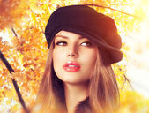 Autumn Woman in a Beret. Hat. Fashion Autumn Wear — Stock Photo