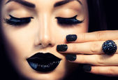 Beauty Fashion Girl with Trendy Caviar Black Manicure and Makeup — Stock fotografie
